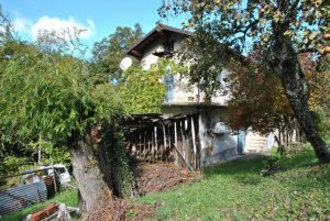 Independent farmhouse with 3 hectares of chestnut groves in Viola